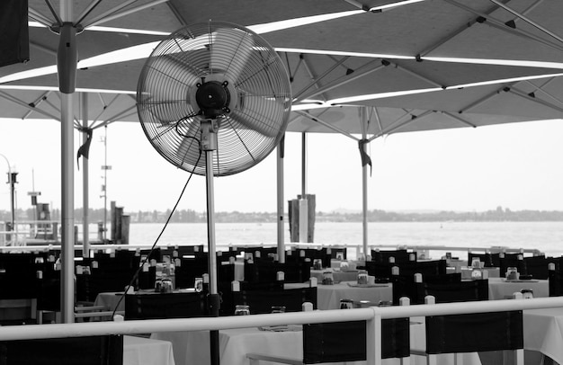 Schwarz-weiße terrasse am meer mit ventilator