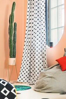 Schwarz-weißer gepunkteter vorhang im trendigen modernen apartment-interieur.