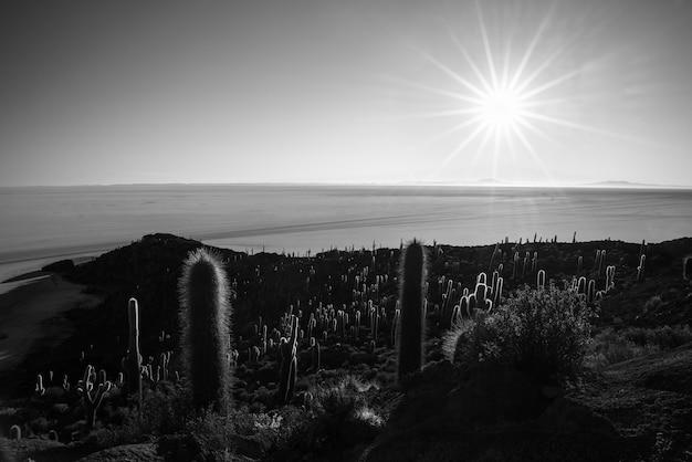 Schwarz-weißer sonnenstern über uyuni salt flat, bolivien