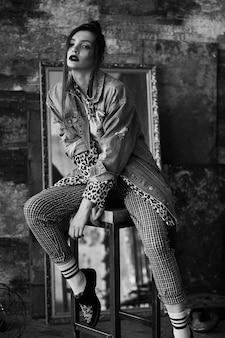 Schwarz-weißes portrait eines reizvollen mädchens in der grunge art. drastisches schwarzweiss-foto einer schönen frau auf einer dunkelheit