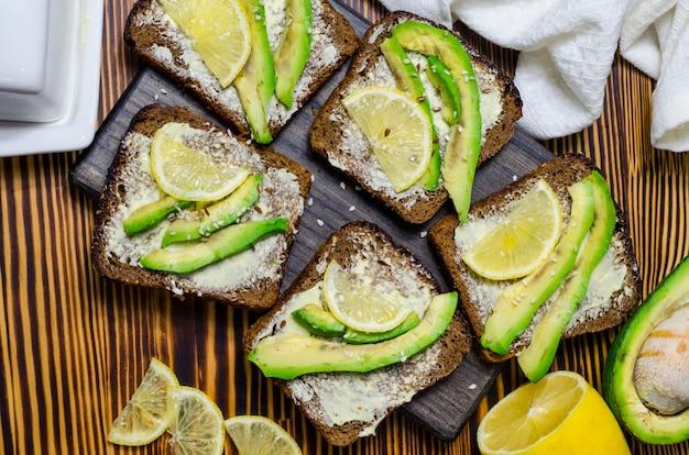 Schwarzbrot-diät-sandwich mit avocado und zitrone