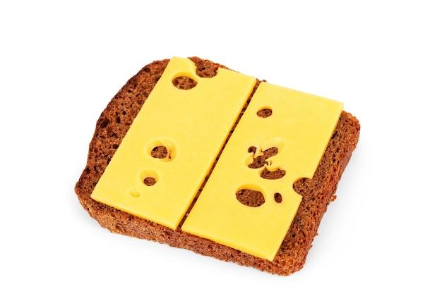 Schwarzbrot mit käse auf weißem hintergrund