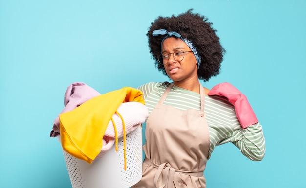 Schwarze afro-frau, die sich gestresst fühlt