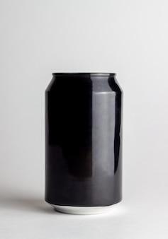 Schwarze aluminiumdose auf einem weißen hintergrund. attrappe, lehrmodell, simulation.