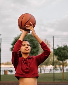 Schwarze amerikanerin, die basketball spielt