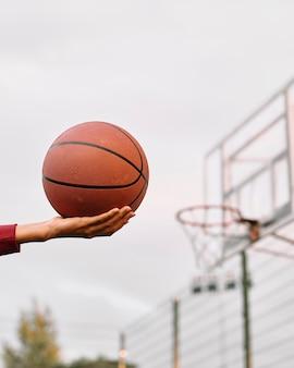 Schwarze amerikanische frau, die basketball-nahaufnahme spielt