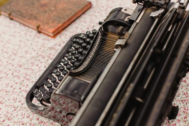 Schwarze antike schreibmaschine.