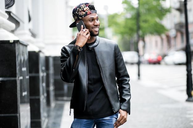 Schwarze anzug mit mode mobilen sommer