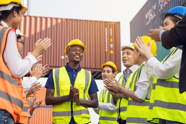 Schwarze arbeiter klatschen in die hände, nachdem sie ein meeting im freien beendet haben. erfolgreiche diversity-gruppe von geschäftsleuten