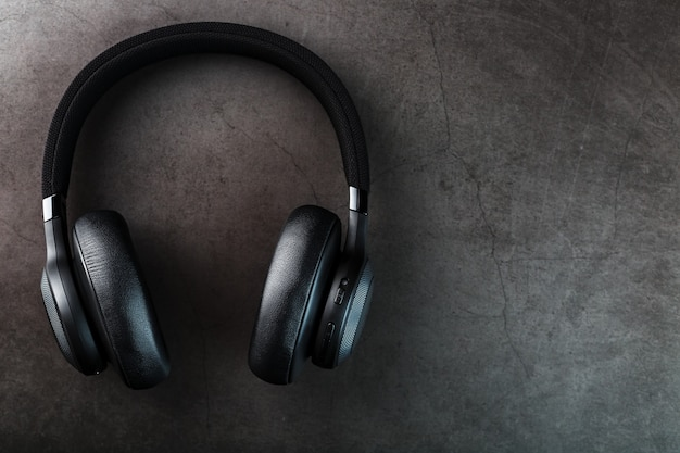 Schwarze bluetooth-kopfhörer auf dunkelheit