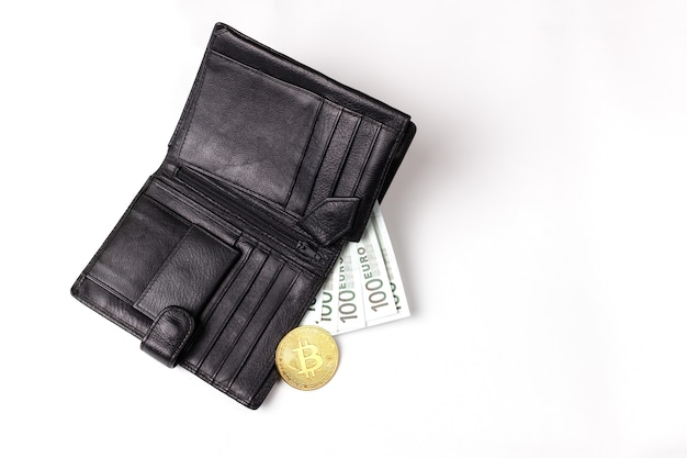 Schwarze brieftasche mit 100 euro und bitcoin auf weißem hintergrund