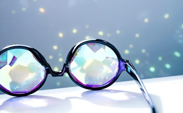 Schwarze brille mit glänzenden funkelnden lichtern