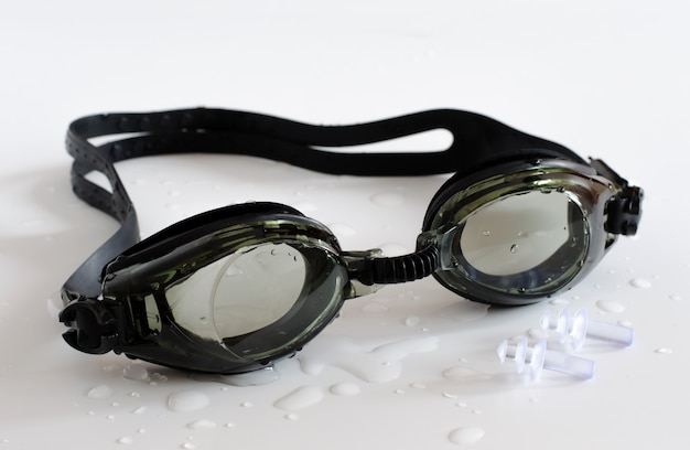 Schwarze brille zum schwimmen auf weiß