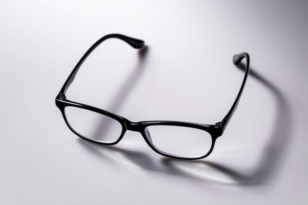 Schwarze brillenbrille mit schwarz glänzendem rahmen zum lesen