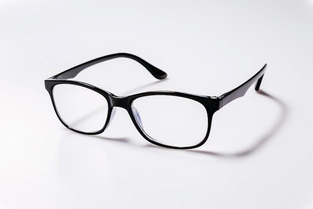 Schwarze brillenbrille mit schwarz glänzendem rahmen