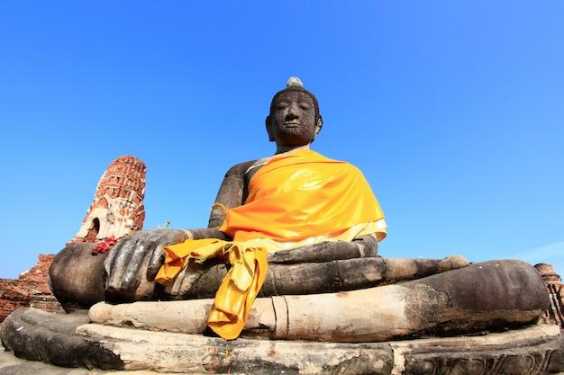 Schwarze buddha-statue über blauem himmel