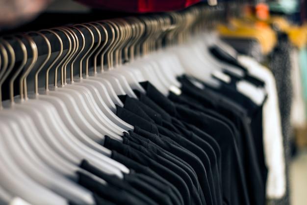 Schwarze chlots hängen an kleiderbügeln im laden