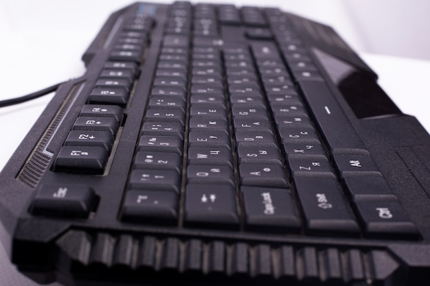 Schwarze computertastatur. gerät für messaging auf einem computer hautnah.