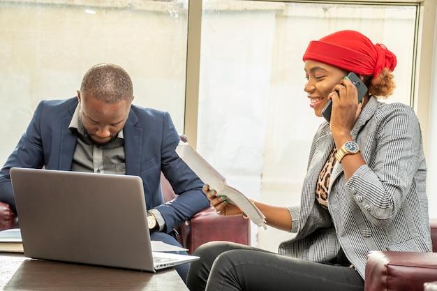 Schwarze dame in einem geschäftstreffen beim telefonieren