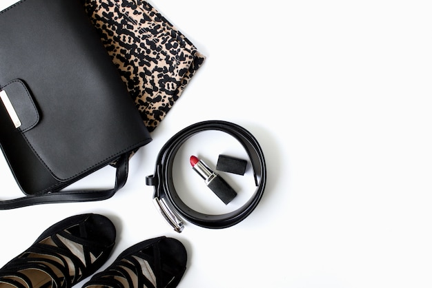 Schwarze damen handtasche gürtel schuhe leopardenkleidung und roter lippenstift auf weißem hintergrund beauty blog ...