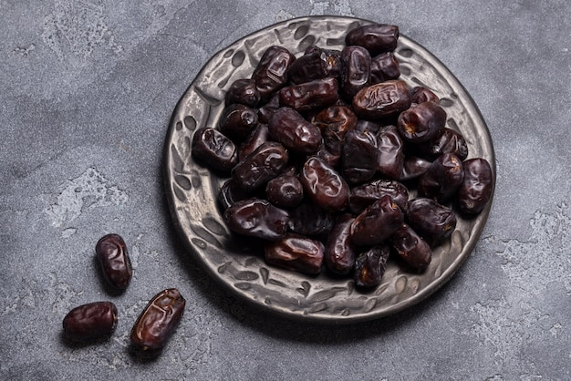 Schwarze datteln gesunde getrocknete früchte