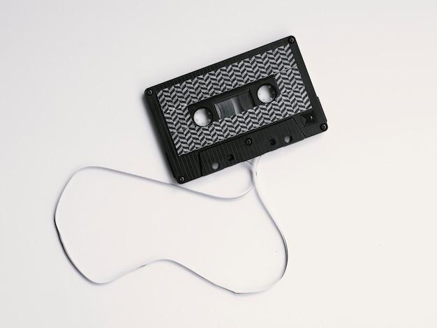 Schwarze defekte kassette auf weißem hintergrund