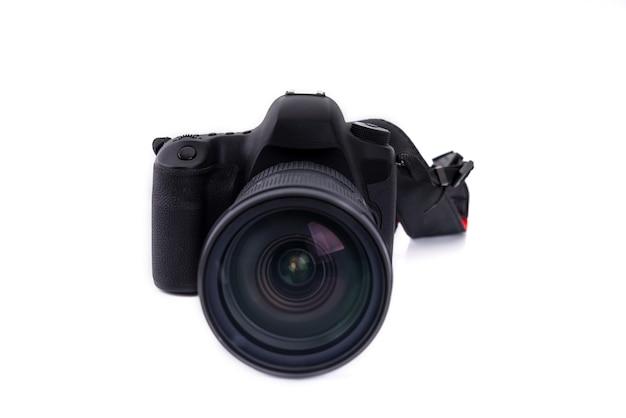 Schwarze dslr-kamera lokalisiert auf weißem hintergrund