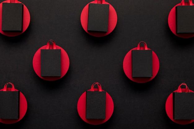 Schwarze einkaufstaschen in der draufsicht der roten punkte