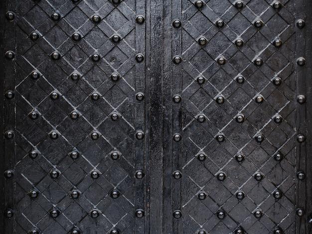 Schwarze elemente der alten tür der metallischen beschaffenheit