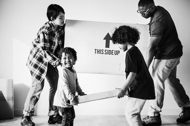 Schwarze familie, die in neues haus umzieht