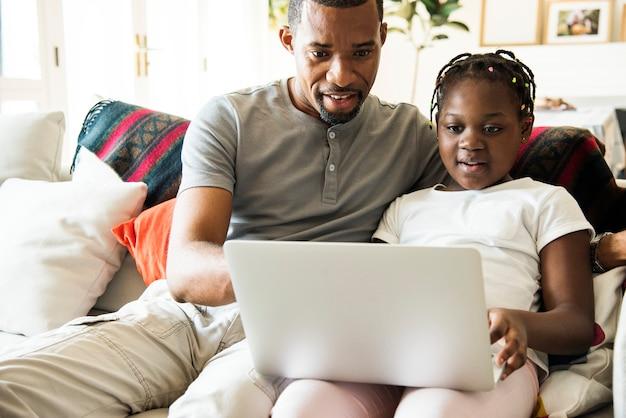 Schwarze familie, die zeit zusammen verbringt