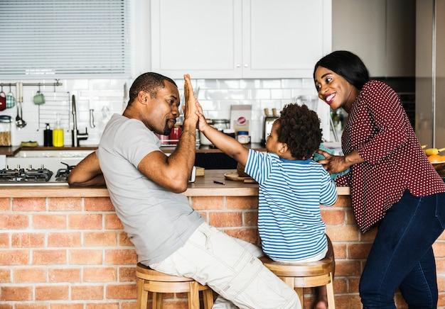 Schwarze familie, die zusammen zeit verbringt