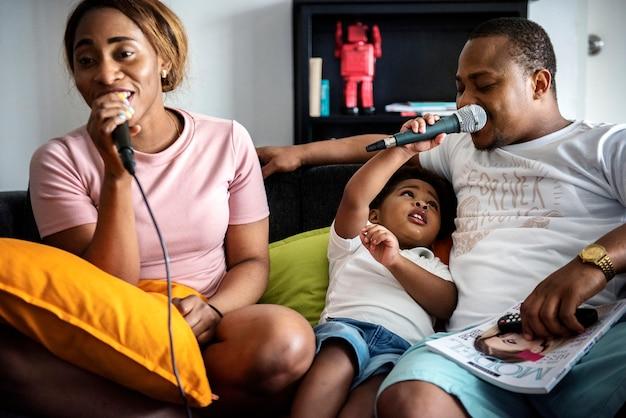 Schwarze familie genießt karaoke singen