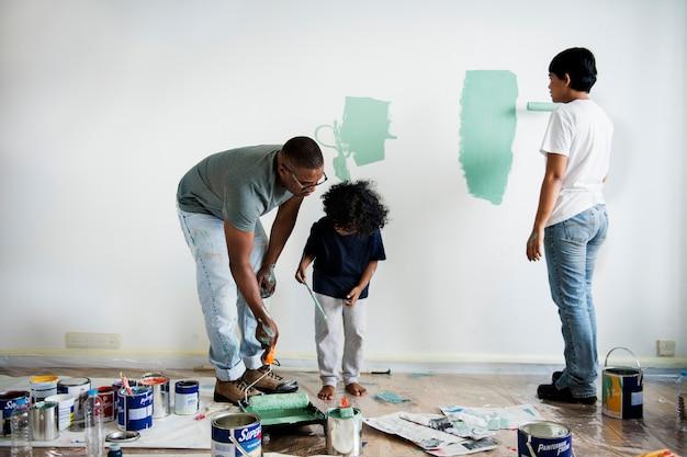 Schwarze familienmalerei hauswand