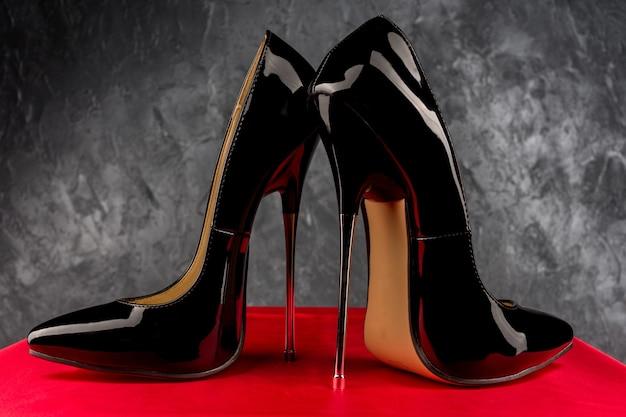 Schwarze fetisch glänzende lackleder stiletto high heels mit knöchelriemen - bild
