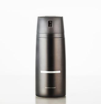 Schwarze flasche aerosol-deodorant auf weißem hintergrund