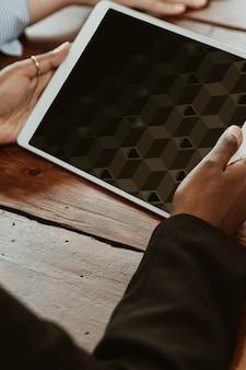 Schwarze frau, die ein digitales tablet-modell verwendet