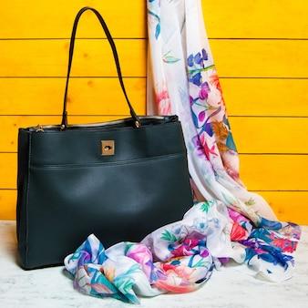 Schwarze frau handtasche mit einem schal isoliert