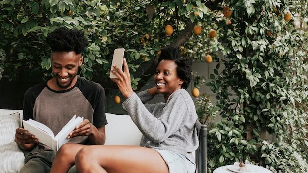 Schwarze frau macht ein selfie im garten