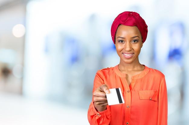 Schwarze frau mit einer kreditkarte