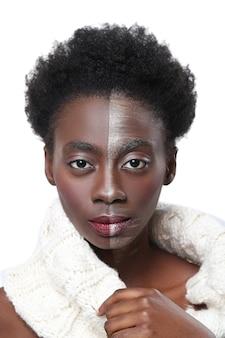 Schwarze frau mit halbem gesicht auf make-up, schönheitskonzept