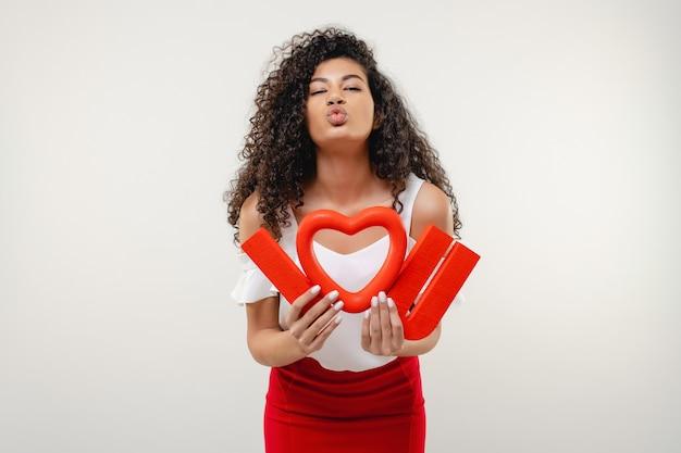 Schwarze frau mit rot ich liebe dich buchstaben und herzlächeln lokalisiert