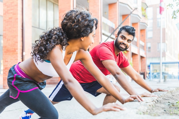Schwarze frau und mann, die übungen ausdehnend tut