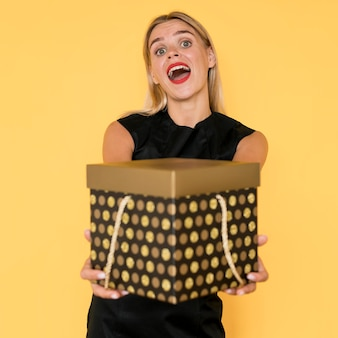 Schwarze freitag einkaufen frau, die geschenkbox hält