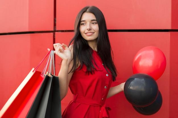 Schwarze freitag-verkäuferin mit luftballons