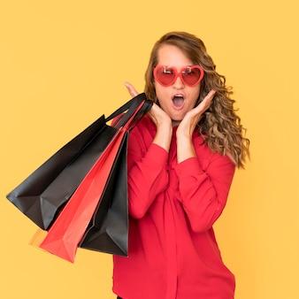 Schwarze freitag-verkaufskonzeptfrau, die herzförmige brille trägt