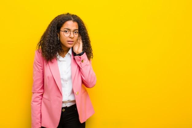 Schwarze geschäftsfrau, die ernst und neugierig schaut und zuhört