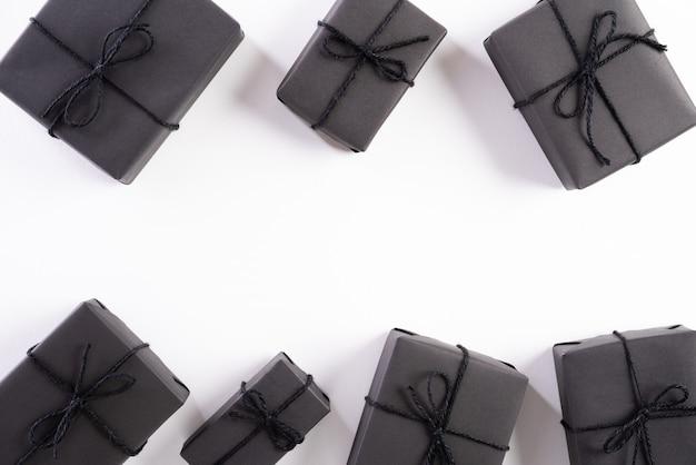 Schwarze geschenkbox auf weißem hintergrund