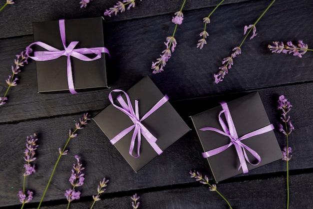 Schwarze geschenkbox mit violettem band
