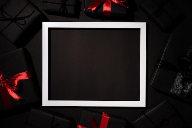 Schwarze geschenkbox mit weißem bilderrahmen